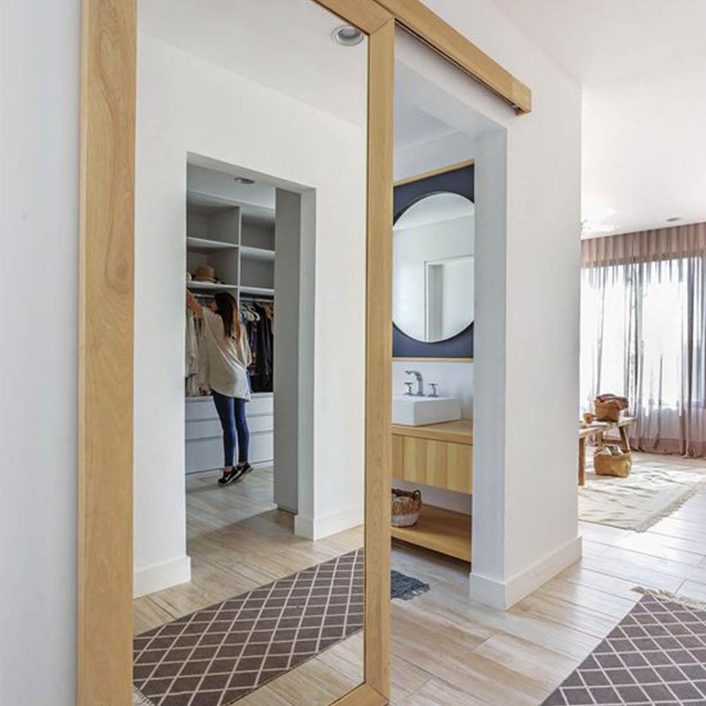 Подвесная раздвижная дверь Классика из шпона дуба с двусторонним зеркалом