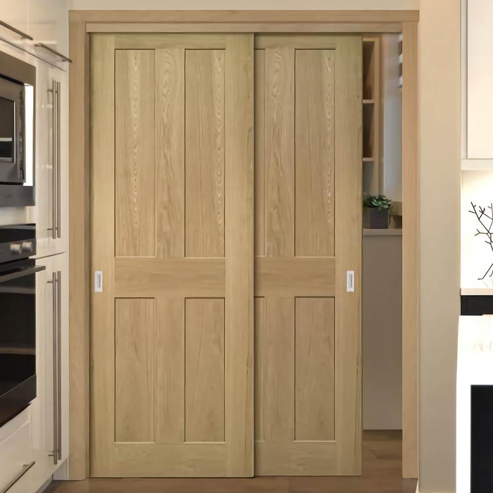 Подвесная раздвижная дверь Классика из шпона дуба с глухими филёнками