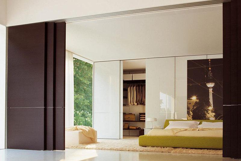 Раздвижная дверь Flat до потолка из шпона Венге