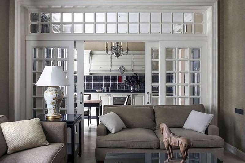 Изысканная раздвижная дверь между кухней и гостиной.