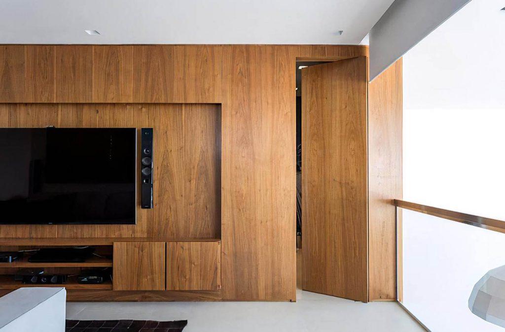 Стеновые панели из натурального шпона со скрытой дверью.