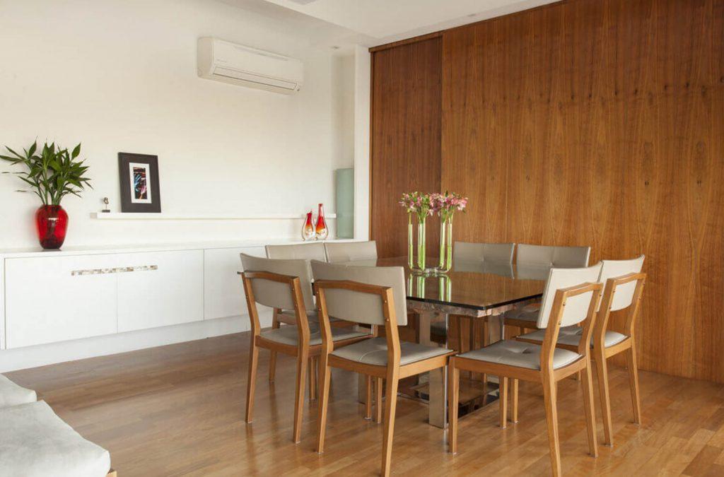 Панели обшивают стены кухонной зоны.