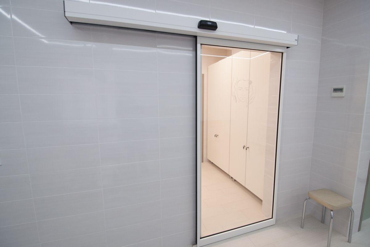 Автоматическая раздвижная дверь.