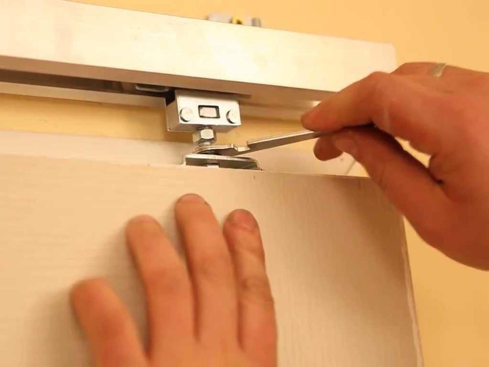 Монтаж фурнитуры у раздвижной двери.