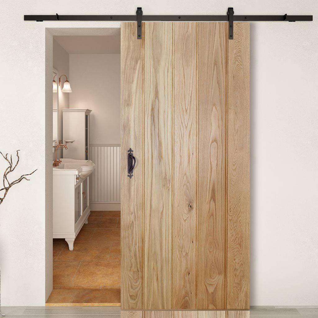 Раздвижная дверь из натурального дерева.