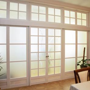 Раздвижные двери в перегородке из шпона и стекла