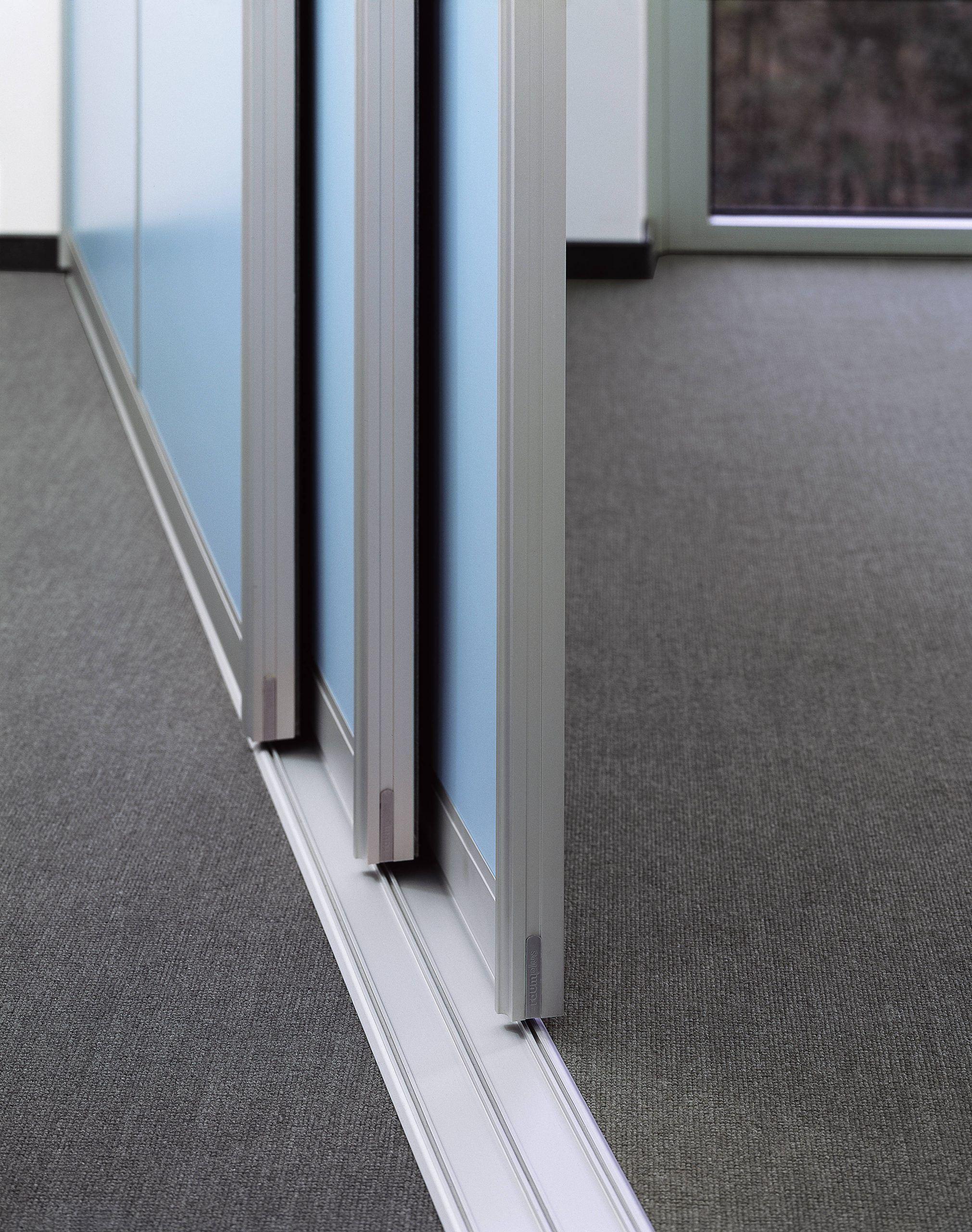 Система рельсового типа у раздвижных дверей.